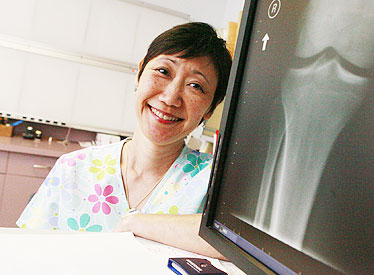 Lynn Ching Heads Up The X Ray Staff At Kaiser Starbulletin Com Business 2008 04 14